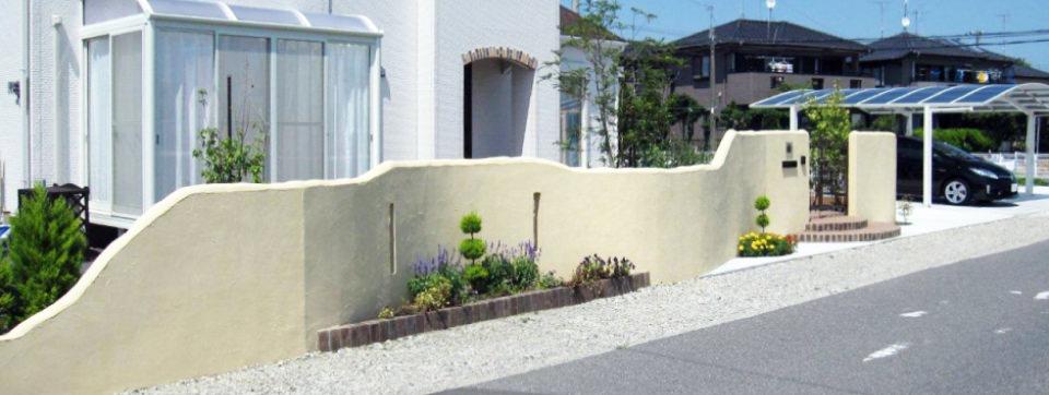 曲線を多用した塗り壁やシャープな外観も演出します